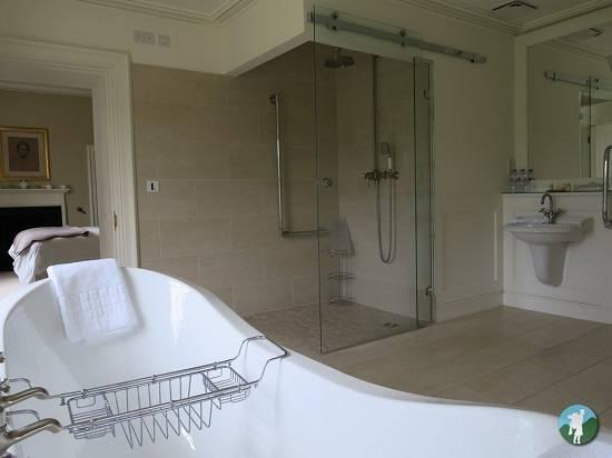 Abbotsford House review bathroom.
